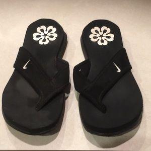 Women's black size 7 Nike flip flops
